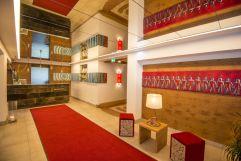 Stilvoller Eingangsbereich mit Rezeption (IMPULS HOTEL TIROL)