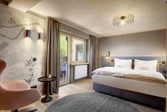 Stilvolles Wohnen im modernen Schlafzimmer (c) Mike Huber (Das Adler Inn - Tyrol Mountain Resort)