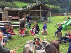 Stockbrotbacken im Sommer (Alphotel Tyrol)