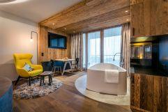 Stylische Suite mit Badewanne (Bayerwaldresort Hüttenhof)