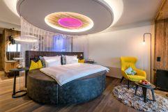 Stylisches Doppelbett in der Suite (Bayerwaldresort Hüttenhof)