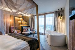 Suite mit Badewanne im Sommer (Bayerwaldresort Hüttenhof)