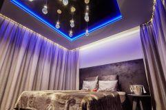 Suite mit Doppelbett und Beleuchtung (Bayerwaldresort Hüttenhof)