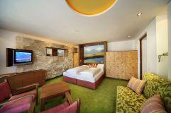Suite mit Doppelbett im Wanderhotel Gassner
