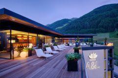 Terrasse auf der Sky Lounge an einem Sommerabend (Wellnessresort Amonti & Lunaris)