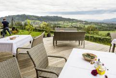 Terrasse mit Ausbilck im Hotel TrippelGUT