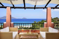 Terrasse mit Ausblick auf das Meer (c) Andrea Getuli (VOI Hotels)