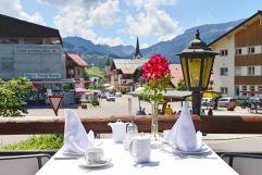 Terrasse mit Blick in die Ortschaft (c) Sascha Duffn (Hotel Jagdhof)