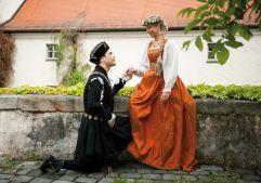 Traditionelle Kostüme bei den Agnes Bernauer Festspielen (Hotel Asam)