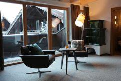 Wohnbereich der Valluga Suite im VALLUGA Hotel