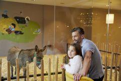 Vater und Tochter im Streichelzoo (c) Michael Huber (Leading Family Hotel & Resort Dachsteinkönig)