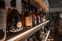 Verschiedenste Whiskeys (c) innenraumdesign.at (Hotel Blü Gastein)