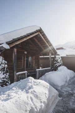 Verschneite Almsauna (c) Manuel Kottersteger (Alpin Panorama Hotel Hubertus)