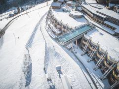 Verschneite Parkanlage mit Skypool (Alpin Panorama Hotel Hubertus)