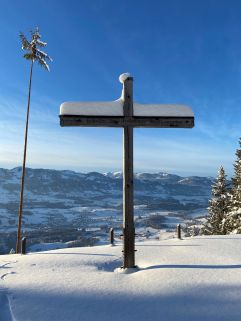Verschneites Gipfelkreuz mit traumhafter Aussicht (c) Patrick vom Berg (Parkhotel Burgmühle)