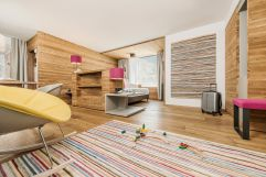 """Viel Platz zum Spielen in der """"60er"""" FamilySuite Wellness (c) Jan Hanser mood photography (alpina zillertal)"""