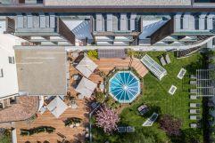 Vogelperspektive des Terrassenbereichs mit Garten im Sommer (Wanderhotel Vinschgerhof)