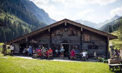 Wanderer genießen Kulinarisches auf der Palfneralm (c) David Innerhofer (Tourismusverband Rauris)