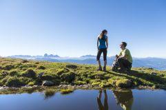 Wanderer vor Dolomitenpanorama in der Region Klausen (Tourismusverein Klausen)