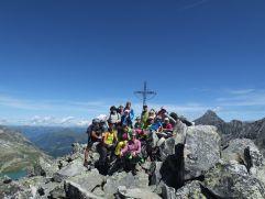 Wandergruppe vor dem Gipfelkreuz (Wanderhotel Gassner)