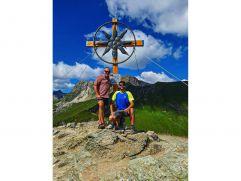 Wanderguides Sepp und Josi am Gipfelkreuz (Alpinhotel Berghaus)