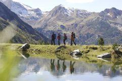 Wandern in den Bergen mit der Gruppe (Alpinhotel Berghaus)