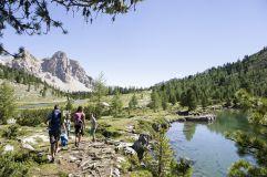 Wandern zwischen Seen und Bergen im Sommer (c) Alex Filz (Olang)