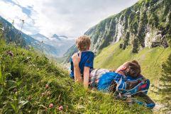 Wanderpause in den sommerlichen Bergen (Wildkogel Arena)