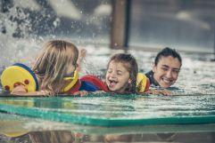 Wasserspaß im Activity Pool (c) Jan Hanser mood photography (Mia Alpina . Zillertal Family Retreat)