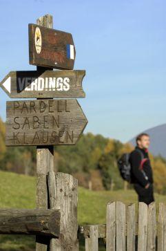 Wegweiser am Wanderweg nach Klausen (Tourismusverein Klausen)