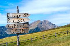 Wegweiser im Tourismusverein Klausen