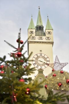 Weihnachtsdeko rund um den Stadtturm (c) Foto Bernhard (Hotel Asam)