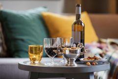 Wein mit leckeren Knabbereien (c) Johanna Gunnberg (VALLUGA Hotel)