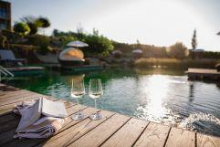 Weingenuss auf dem Steg am Naturbadeteich (Ratscher Landhaus)