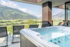 Whirlpool im Wellnessbereich mit Panoramafenster im Sommer (Wanderhotel Vinschgerhof)