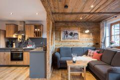 Wohn- und Küchenbereich mit gemütlicher Lounge-Ecke in der Ferienwohnung Hörnle (c) Fotostudio Wälder (Alpzitt Chalets)