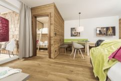 Wohnbereich in der 50er-FamilySuite (c) Jan Hanser mood photography (alpina zillertal)