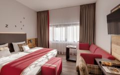 Wohnbereich mit gemütlichem Sofa im WOHLFÜHL-Appartement (c) Thomas Haberland (Hotel Traumschmiede und Gasthof zur alten Schmiede)