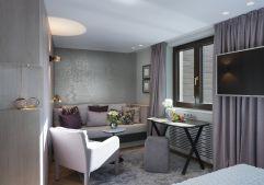 Wohnbereich mit gemütlicher Sitzecke eines induviduellen Einzelzimmeres (c) Rainer Hofmann Photodesign (Hotel Zürserhof)