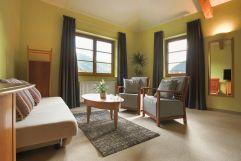Wohnzimmer mit grüner Wandfarbe (c) Tobias Müller (Hotel BOTANGO)