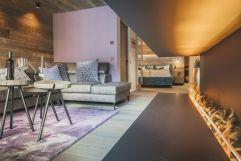 Wohnzimmer mit Romantic Fire im Chalet No. 3 (c) Michael Huber (Hotel Quelle Nature Spa Resort)