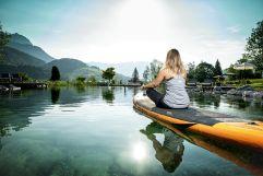 Yoga beim Badeteich im Sommer (c) Peter Kuehnl (PURADIES Hotel & Chalets)