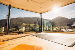 Yoga in der Brüüge mit Ausblick auf die Berglandschaft (c) Andy Mayr (Genuss und Aktivhotel Sonnenburg - Kleinwalsertal Hotels)