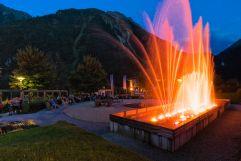Zuschauer genießen Wasserfestspiele im Sommer bei Dämmerung (Tourismusverband Krimml)