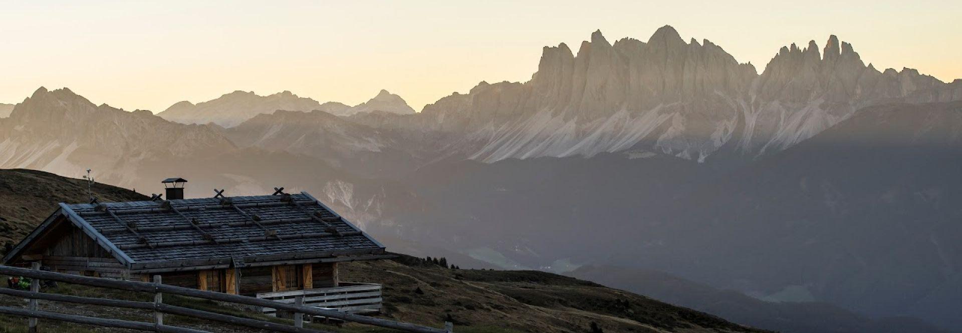 Almhütte bei Sonnenaufgang (Tourismusverein Klausen)