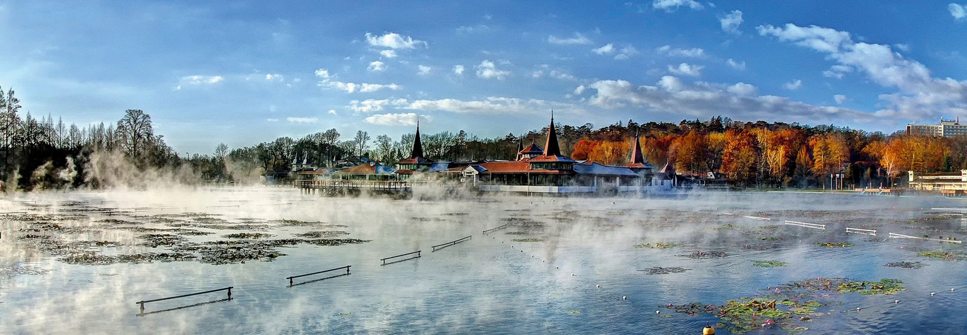 Dampfender Thermalsee im Herbst (Tourinform Hévíz)