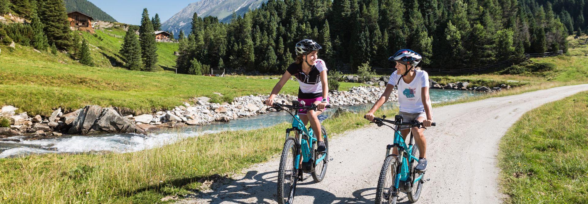 E-Biken zu zweit am Bach (Tourismusverband Krimml)