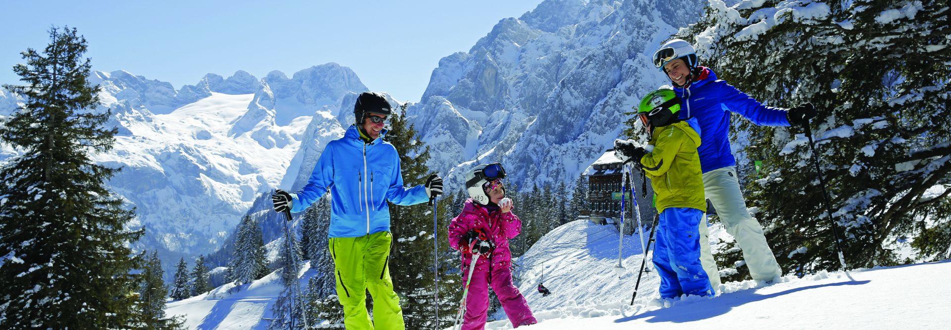 Familie auf der Skipiste beim Skifahren © Bergbahnen Dachstein West-H. Raffalt
