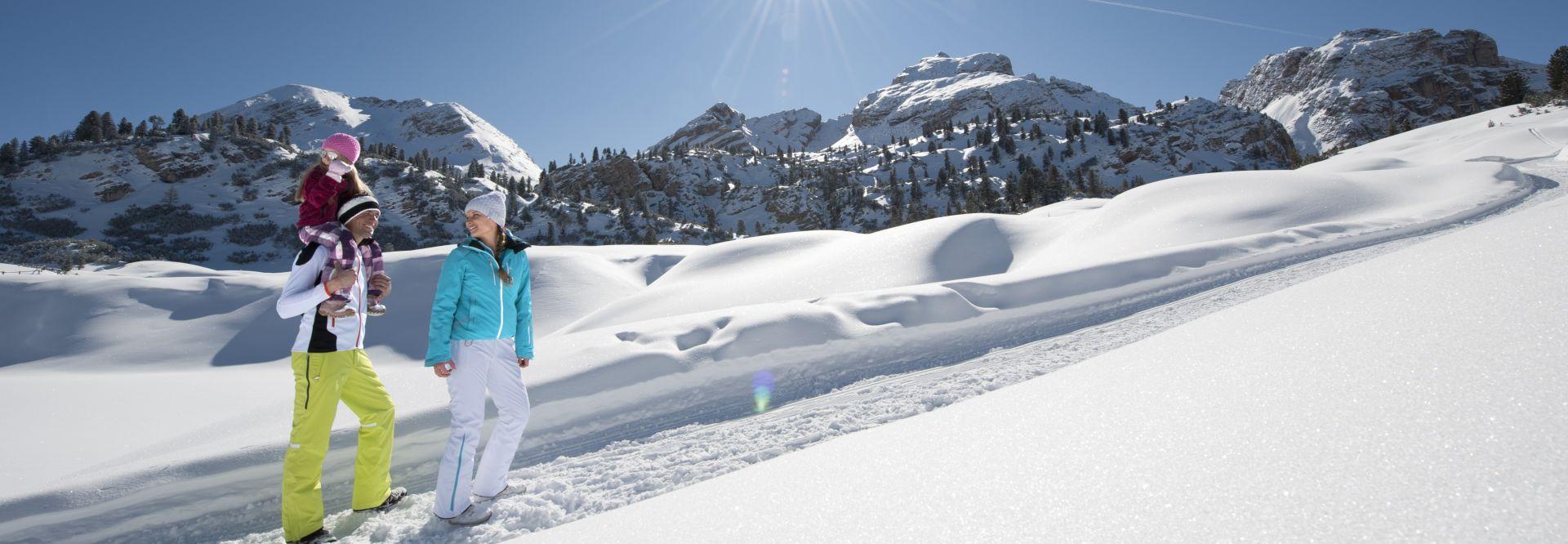 Familie beim Wandern im Schnee bei Sonnenschein in Olang © TVB Kronplatz - Photo Helmuth Rier