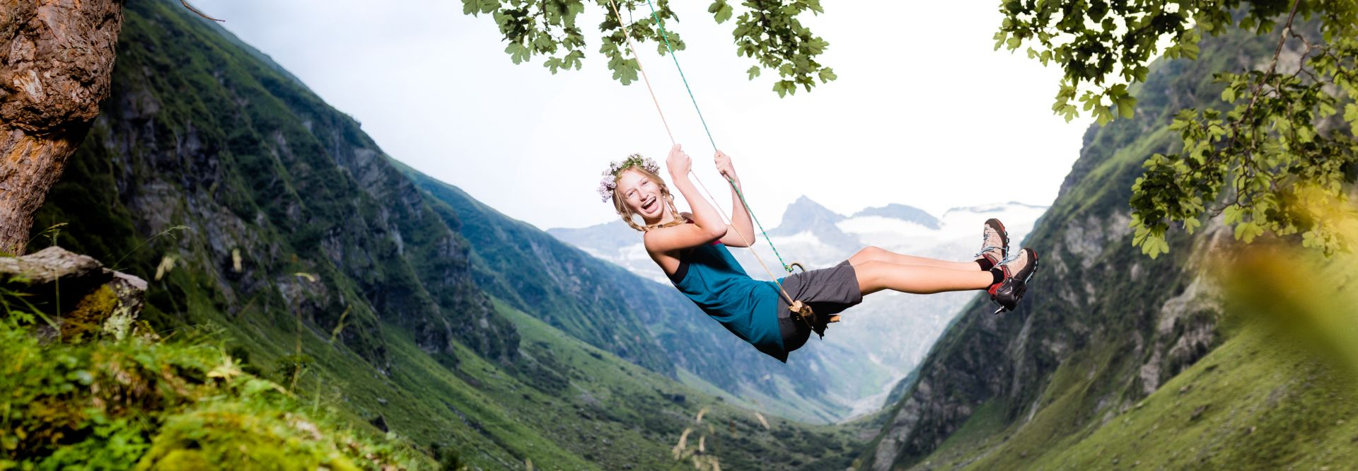 Frau beim Schaukeln vor Bergkulisse (Wildkogel-Arena Neukirchen und Bramberg)